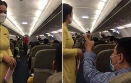 Cấm bay 1 năm với hàng loạt trường hợp: Từ xé áo phao, chửi bới đến ném điện thoại vào tiếp viên
