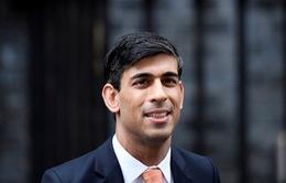 Bộ trưởng Tài chính Anh đóng vai bồi bàn, kêu gọi người dân tăng cường chi tiêu