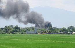 Khói bốc đen kịt ở khu vực kho xăng dầu sân bay quân sự Thành Sơn