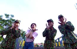 Văn Mai Hương dễ thương hết nấc khi đứng cạnh các chiến sĩ