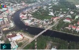 Hậu Giang: Nước sông chuyển màu đen bất thường