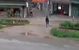 Clip: Thoát chết trong gang tấc sau pha băng ngang đường sắt