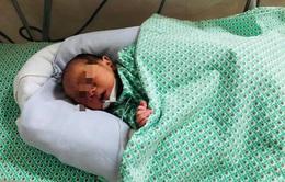 Đã tìm thấy người mẹ bỏ rơi bé sơ sinh giữa 2 khe tường ở Hà Nội