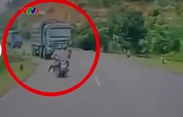 Clip: Cố lấn làn vượt ẩu, người phụ nữ suýt chết thảm dưới bánh xe tải