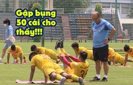 Tiền vệ Hồng Sơn bị thầy Park phạt gập bụng