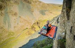Rùng mình với thử thách cắm trại bên vách núi dựng đứng