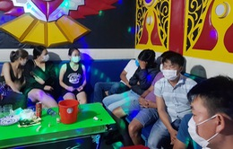 Quán karaoke mở cửa bất chấp lệnh cấm, để nhiều thanh niên sử dụng ma túy