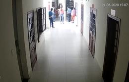 Bị cáo mang thuốc trừ sâu đến trụ sở tòa án gây rối, hù dọa thẩm phán