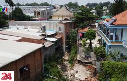 Người dân bất an sống trong nhà bị sập vì dự án cống thoát nước