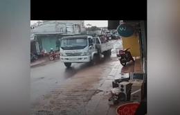 Xe tải trôi dốc, lao vào chợ
