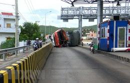 Xe tải lao vào trạm thu phí, nhiều người may mắn thoát chết