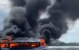 Bộ đội Biên phòng Kiên Giang chữa cháy tàu khách, cứu 25 người thoát nạn
