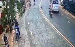 Nam thanh niên nghi tự tử, băng qua đường lao thẳng vào đầu xe ô tô