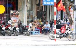 Quán ăn, trà đá lấn chiếm vỉa hè tràn lan giữa Hà Nội bất chấp lệnh cấm