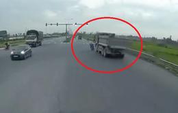 Vượt đèn đỏ, nam thanh niên đi xe máy lao thẳng vào xe tải
