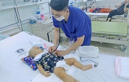 Trượt chân ngã, bé trai 11 tháng tuổi bị kéo đâm xuất huyết não