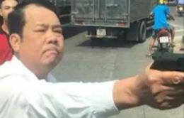 """Khởi tố giám đốc dọa """"bắn """"vỡ sọ"""" tài xế xe tải"""
