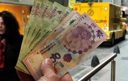 Thị trường ngoại tệ tự do Argentina hỗn loạn vì siết chặt tiền tệ