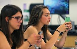 """Nhiều quốc gia """"loay hoay"""" việc cấm hay cho phép dùng điện thoại trong lớp học"""