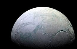 Mặt trăng bí ẩn của Sao Thổ xuất hiện lớp băng mới chưa thể giải thích