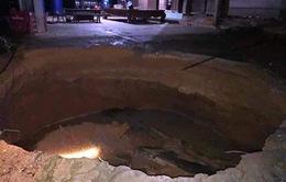 """""""Hố tử thần"""" sâu 3 mét xuất hiện ngay trước hiên nhà"""