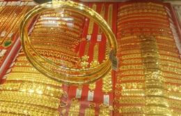 """Đồng USD """"níu chân"""", giá vàng biến động nhẹ"""