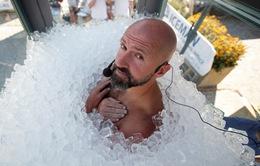 Ngâm mình trong hộp đá lạnh hơn 2 tiếng 30 phút, người đàn ông Áo phá kỷ lục thế giới