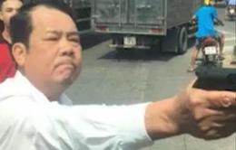 """Bắt khẩn cấp giám đốc công ty bảo vệ dọa """"bắn vỡ sọ"""" người đi đường"""