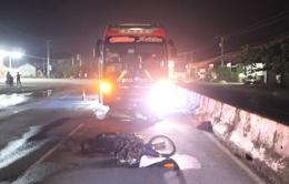 Xe khách giường nằm tông xe máy, kéo lê dưới gầm, 1 người tử vong