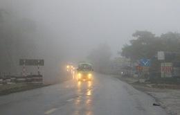 Sương mù dày đặc, che khuất tầm nhìn trên Quốc lộ 6