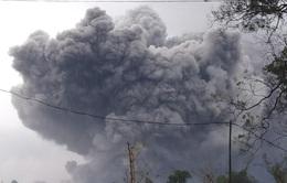 Núi lửa Semeru tại Indonesia phun tro bụi 5km lên bầu trời