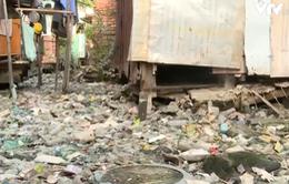 """""""Sống mòn"""" bên bờ kênh... ngập rác"""