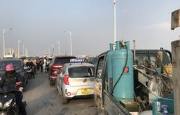 5 ô tô tông liên hoàn, xe cộ chôn chân trên cầu Vĩnh Tuy