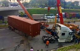Xe container lật ngang hầm chui, cửa ngõ TP Thủ Đức ùn tắc hàng giờ