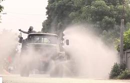 Xe đặc chủng quân đội phun khử khuẩn, tiêu độc tại xã Bình Dương