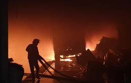 2 cảnh sát chữa cháy ngất khi khống chế đám cháy 3 nhà kho chứa phế liệu