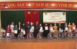Trao xe đạp cho con cháu cựu thanh niên xung phong