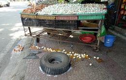 Xe tải đang chạy văng bánh khiến một phụ nữ gãy chân