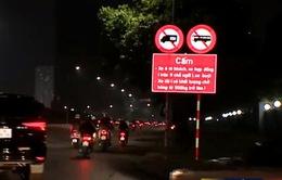 Tháo dỡ biển cấm xe trên đường Lê Quang Đạo