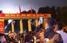 Người dân Hà Nội đổ về công viên Thống Nhất xem pháo hoa đêm giao thừa
