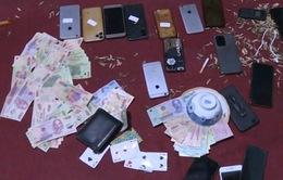 Bắt 18 nam nữ đánh bạc giữa mùa dịch COVID-19