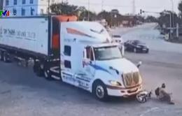 Vượt đèn đỏ, thanh niên lái xe máy bị container đâm trúng