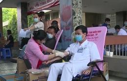 Hàng trăm y, bác sĩ hiến máu cứu người trong mùa dịch