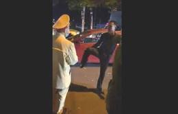Thầy giáo tát học sinh lớp 4, dọa đánh cảnh sát giao thông