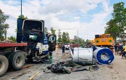 3 cuộn thép nặng hàng chục tấn rơi xuống đường, nhiều người thoát nạn