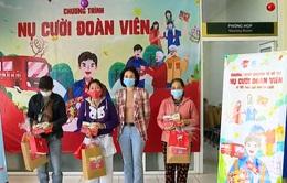 Tặng quà và vé xe cho bệnh nhân nghèo về quê ăn Tết