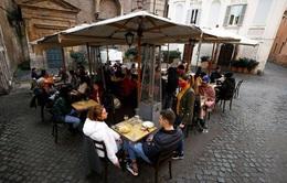 """Người Italy """"đổ xô"""" ra hàng quán sau khi lệnh giãn cách được nới lỏng"""