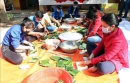 Sinh viên luân phiên 'gối ca' gói bánh chưng tặng người dân Hải Dương trong khu cách ly