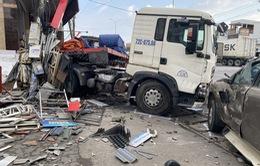 Xe đầu kéo chở tôn thép mất lái gây tai nạn liên hoàn trên Quốc lộ 51