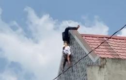 """Người đàn ông """"trồng chuối"""" trên nóc nhà giữa trưa nắng"""